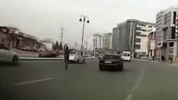 Bakıda kişi yolun ortasında rəqs edib, maşınlara təpik atdı – VİDEO