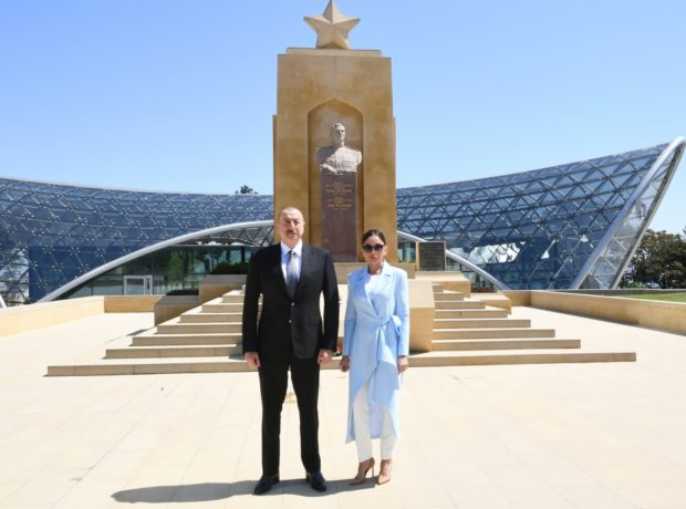 Prezident xanımı ilə Həzi Aslanovun məzarını ziyarət etdi