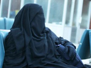 """Bakı polisi qara niqabda """"kişi"""" əli olan insanın kimliyini müəyyənləşdirdi – FOTO"""