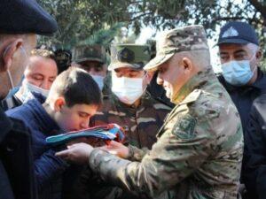 Korpus komandiri şəhid polkovnikin övladına dövlət bayrağını təqdim etdi – FOTO