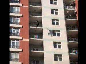 Bakıda gənc qadın özünü hündürmərtəbəli binadan atdı – ANBAAN VİDEO