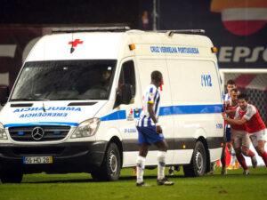 Futbolçular təcili tibbi yardım maşınını itələmək məcburiyyətində qaldı – VİDEO