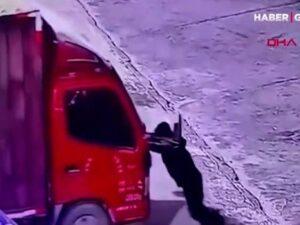 Sürücü əli ilə saxlamaq istədiyi yük maşınının altında qalıb öldü – ANBAAN VİDEO