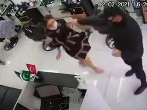 Bakıda polis bərbərxanada işləyən qadına qarşı zorakılıq etdi – VİDEO