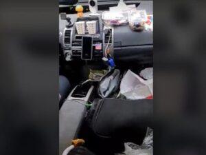 Bakıda qeyri-adi taksi sürücüsü: Müştərilərinə həm çay, həm şokolad verir – VİDEO