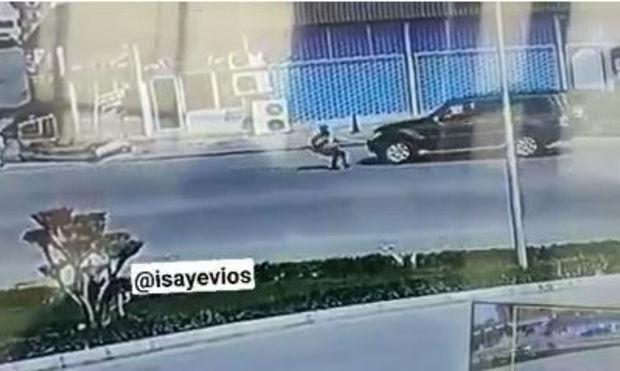 Azərbaycanda qadın özünü maşının önünə atır – Video