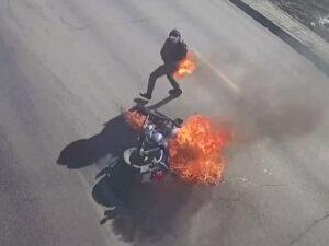 Qəzaya uğrayan motosikl sürücüsü alovlara büründü – VİDEO